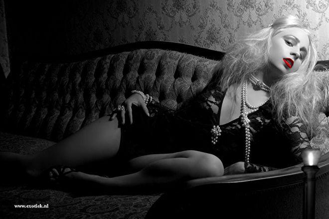 blonde gothic meisje met kaars rode lippenstift .jpg