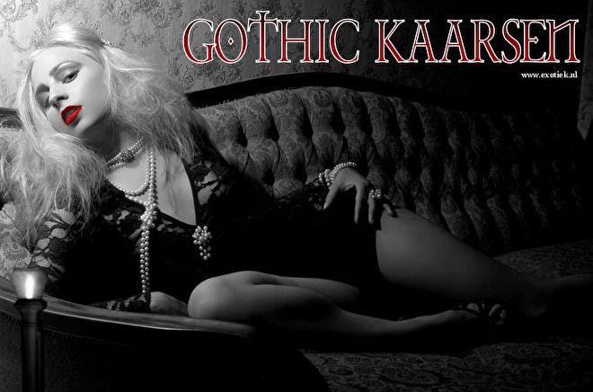 blonde gothic meisje op bankstel met kaars.jpg