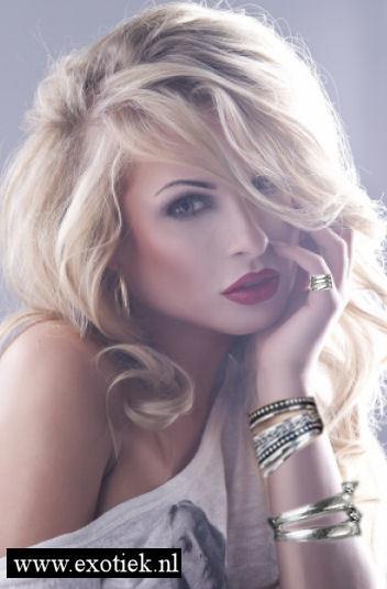 blonde meisje met zilveren sieraden 2.jpg