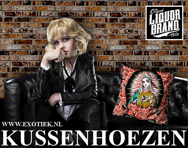blonde meisje op zwarte bankstel met liquorbrand kussenhoes.jpg