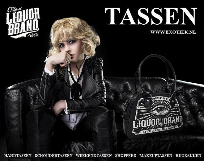 blonde meisje op zwarte bankstel met liquorbrand tas 3.jpg