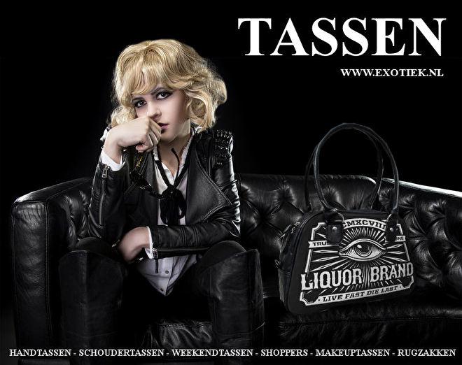 blonde meisje op zwarte bankstel met liquorbrand tas 4.jpg
