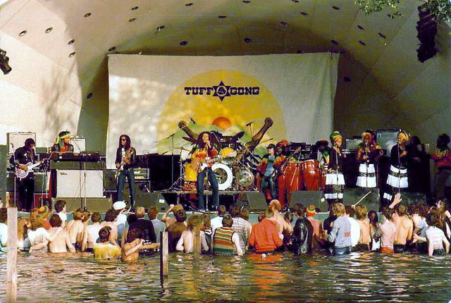 bob marley in concert mensen in water.jpg