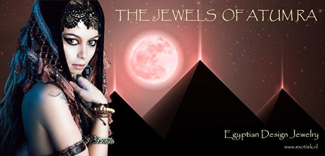 egyptisch meisje met pyramieden in maanlicht 2.jpg