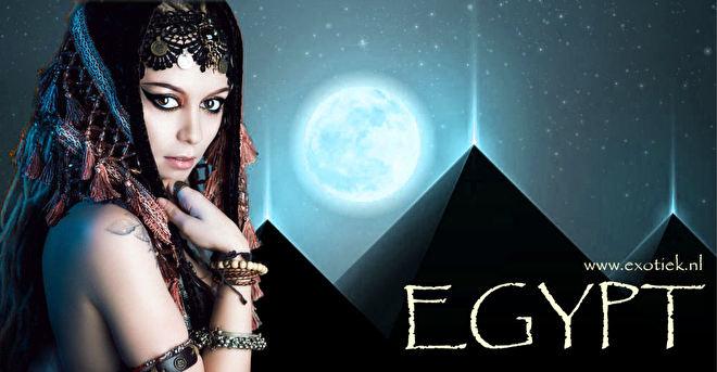 egyptische meisje voor 3 pyramieden.jpg