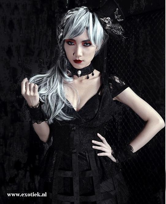 fantasmagoria model met gothic vogel choker.jpg