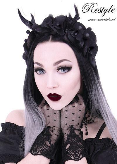 gothic meisje met restyle kanten handschoenen en tekst 2.jpg