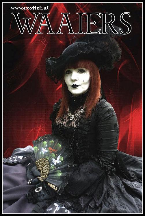 gothic vrouw met bleek gezicht zwarte kleding en kanten waaier.jpg