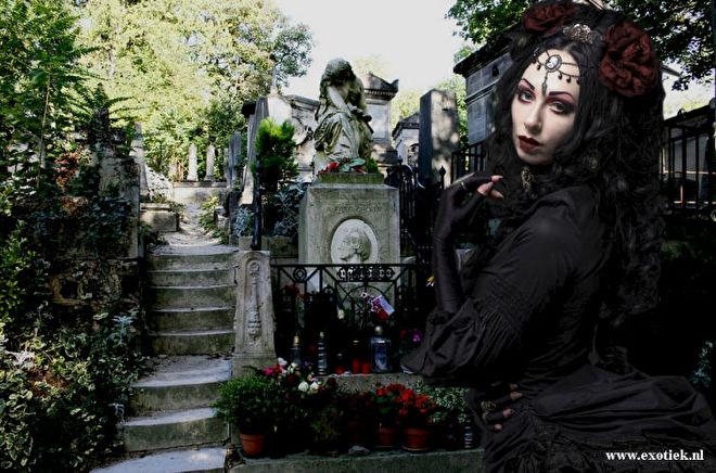 gothic weduwe in pere lachaise cemetry 4.jpg