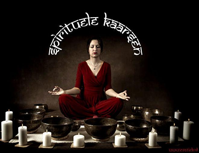 mediterend yoga meisje met kaarsen en klankschalen.jpg