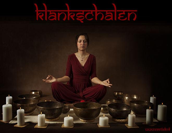 mediterende vrouw met klankschalen singing bowls rode jurk yoga lotus positie 2.jpg