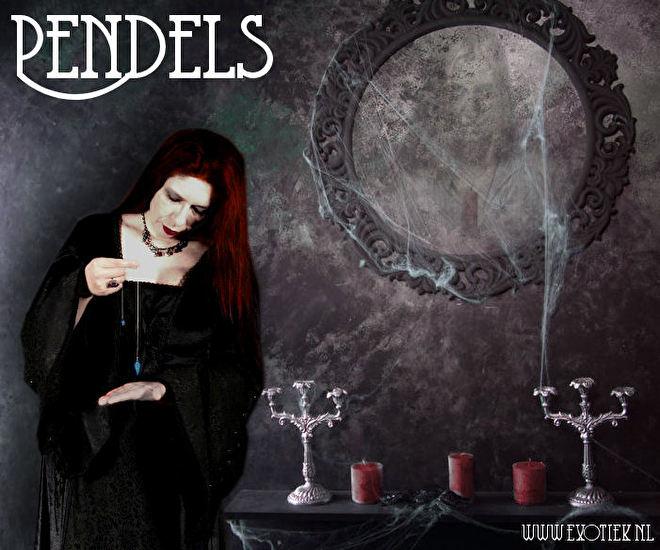 meisje met pendel in zwarte jurk met karsen en spiegel 3.jpg