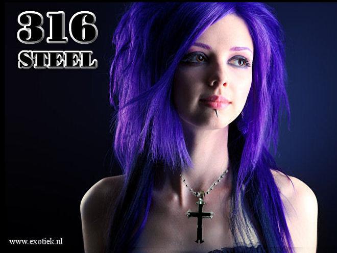 meisje paarse haren en stalen kruis ketting 5.jpg