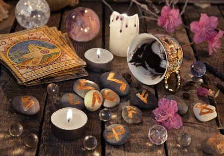 runen runes met tarotkaarten, kristallen ballen, kaarsen en runestenen.jpg
