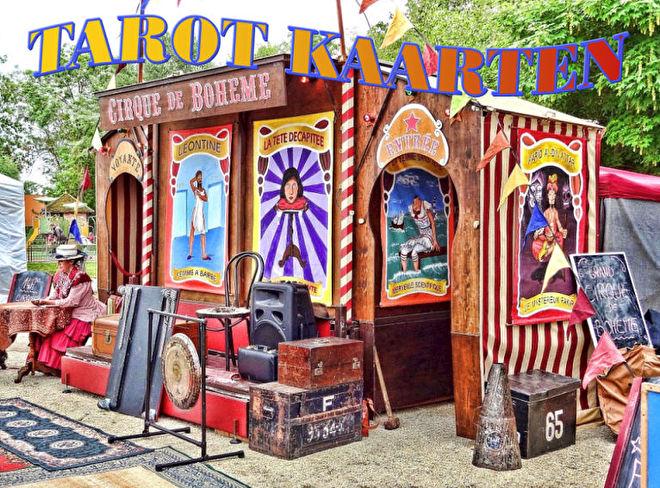 tarotkaarten zigeunervrouw buiten tent die readings doet.jpg