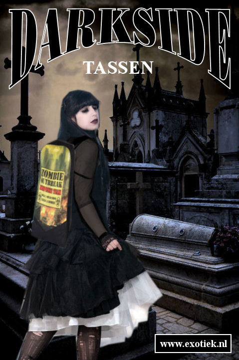 zombie hunter gothic meisje met darkside rugzak in kerkhof.jpg