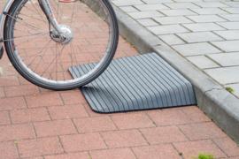 Rubberen drempelhulp met aflopende zijkanten voor rolstoel of scootmobiel (grote wielen)