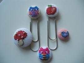 Mini borduurwerkjes op DIY stofknopen