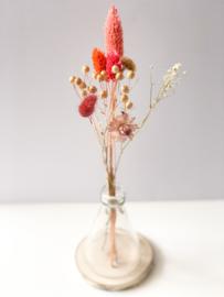 Vaas met droogbloemen op plateau