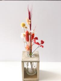 Houten kistje met vaas en droogbloemen