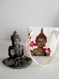 Boeddha in kadotasje van hardsteen