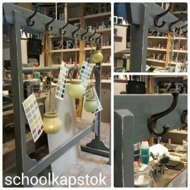 Schoolkapstok met 14 haken, twee zijdig.