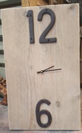 Klok ( langwerpig ) van steigerhout met gietijzeren cijfers