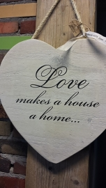 Teksthart 40 cm , steigerhout met white-washing,    Love makes a house ....