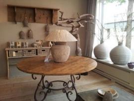 Floris tafel Ø oud teakhout met smeedijzeren onderstel (160 cm in winkel )