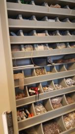 Opbergkast -open- met grutters schappen en - bakken