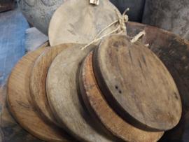 Oud houten ronde planken aan touw assorti 22/24cm