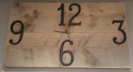 Klok langwerpig ( overdwars ) vana steigerhout met gietijzeren cijfers
