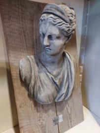 Dame met haarknot van beton op houten wandbord (NIEUW)