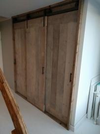 Hangdeuren van steigerhout aan een rol/railsysteem
