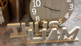 Letters of / en cijfers van steigerhout op een voetplaat