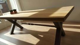Tafel van Eikenhout met stoer metalen kruispoot onderstel