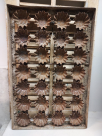 Oude bakkersplaat met 32 cakevormpjes