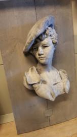 Dame met baret van beton op een houten wandbord