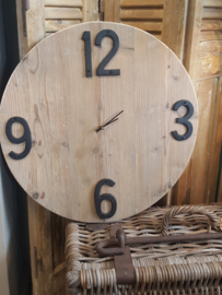 Klok van steigerhout  Ø 60 cm met zwart gietijzeren cijfers