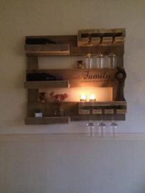 Wijnrek / Wandbord van steigerhout ( met eigen tekst )