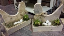 Kip op het nest van steigerhout ( excl decoraties = zelf vullen )