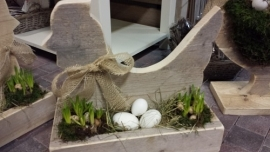 """Kip op het nest, , gevuld """" nest """" met bolletjes stro mos eieren etc"""