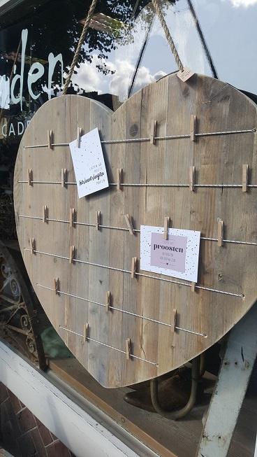 Hart van steigerhout 80 cm met elastieken en knijpertjes.