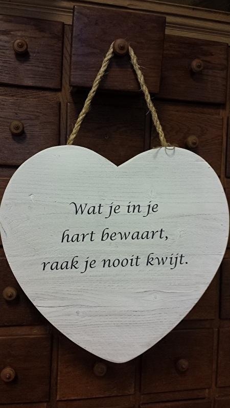 Teksthart 40 cm , steigerhout , white-wash,   Wat je in je hart bewaart.....