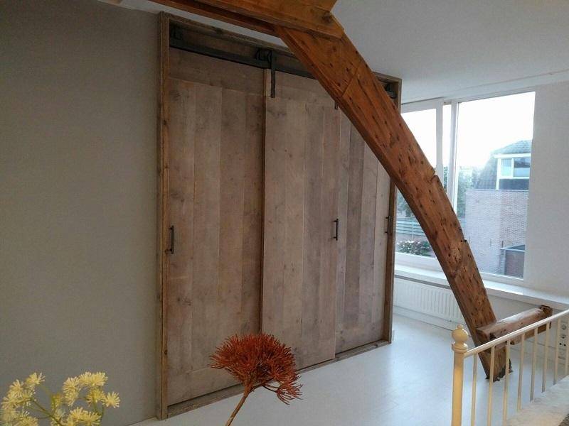 Steigerhouten deuren aan een hangrol / rail systeem