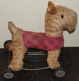 Oude Engelse  speelgoedhond op wielen