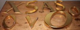 Diverse goudkleurige letters