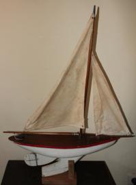 Houten modelboot op statief