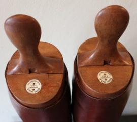Antiek engelse paardrijlaarzen met houten laarzenmallen