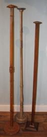 3 zeer hoge houten hoedenstandaards